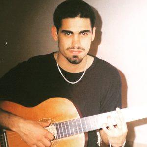 عکس قدیمی گیتار نوازی امیر تهرانی